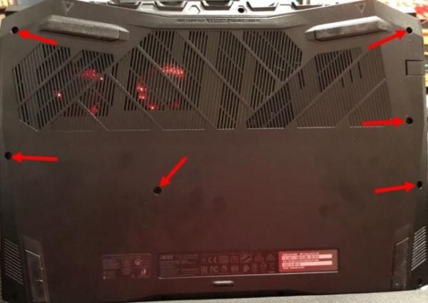 Нижняя часть корпуса ноутбука с идентифицированными винтами